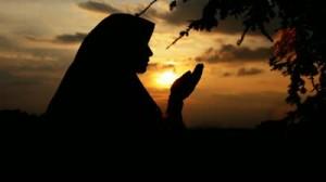 Een moslimah verricht een doe'aa-a (smeekgebed).