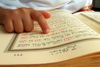 De Qor-aan is alleen in het Arabisch. Een vertaling is slechts een interpretatie van de betekenissen in die taal.