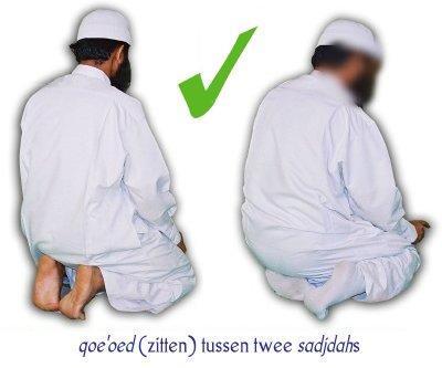 De correcte manier om te zitten tussen twee sadjdah's: links iq'aa' en rechts iftiraash.