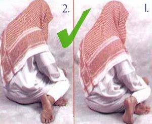 De correcte zithouding (moetawarikan) tijdens de tweede tashah-hoed.