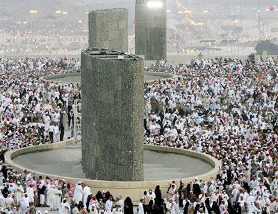de djamaraat (ev. djamarah) waar men symbolisch de duivel stenigt